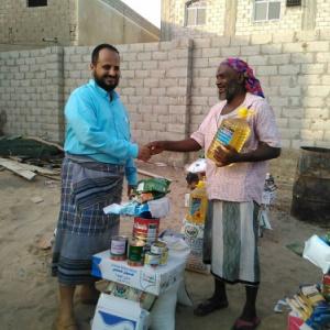 مدير عام البريقة يوزع عددا من السلل الغذائية للأسر الفقيرة في المديرية