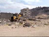 مكتب أشغال البريقة يواصل إزالة الأبنية العشوائية المخالفة في عدد من مناطق المديرية