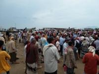 منتسبو الجيش والأمن ينفذون وقفة احتجاجية أمام مقر التحالف بعدن للمطالبة بصرف مرتباتهم