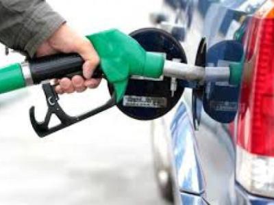 باحث اقتصادي يطالب الرئاسة والحكومة بإلغاء قرار تحرير استيراد المشتقات النفطية