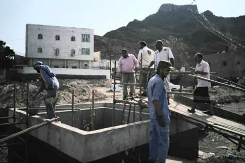 قيادة انتقالي خورمكسر تتفقد مشروع بناء خزانات المياه في جبل حديد
