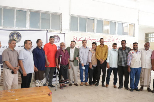 الكاف وهيثم يدشنان مشروع توزيع السلال الغذائية على أسر الشهداء والجرحى