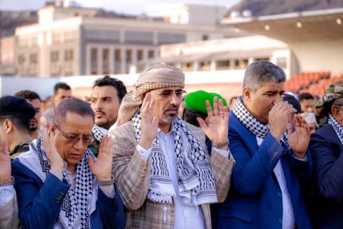 الرئيس القائد عيدروس الزُبيدي يؤدي صلاة عيد الفطر المبارك بالعاصمة عدن ويتبادل التهاني مع جموع المواطنين