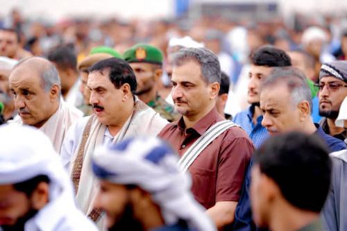 المحافظ لملس يؤدي صلاة عيد الأضحى مع جموع المواطنين في مديرية المعلا