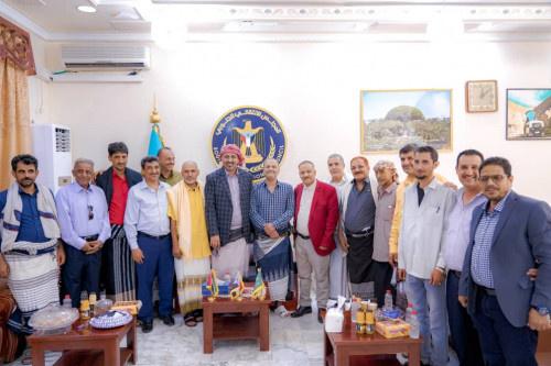 لدى استقباله جموع المهنئين بالعيد.. الرئيس الزُبيدي: يجب تعزيز روابط الإخاء بين أوساط المُجتمع الجنوبي