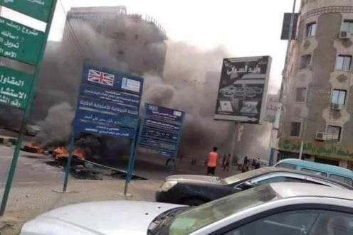 الأهالي بعدن يطالبون القوات الأمنية ضبط المخربين الذين يحاولون حرف مسار المظاهرات السلمية