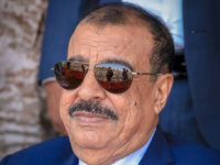 اللواء بن بريك يُعزّي العميد ناصر السعدي في وفاة شقيقه العقيد صالح السعدي